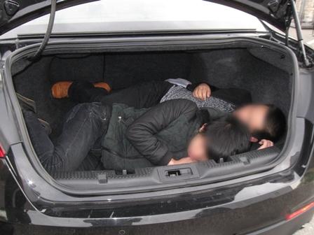 Migrantes chinos transportados en la cajuela.