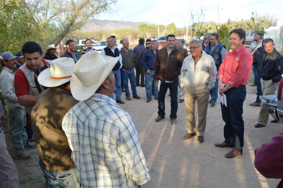 Entrega Ramón Guzmán apoyos para el campo a ejidatarios.