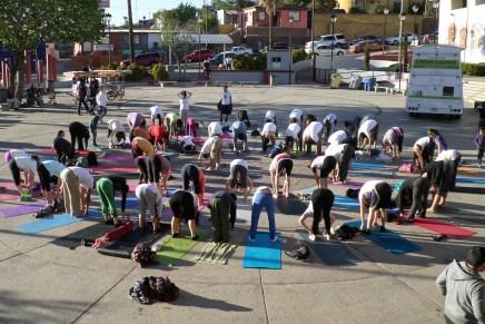 Celebran nogalenses llegada de la primavera con yoga y el Holi Fest