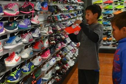 Apoya Presidente Municipal a hermanos con calzado