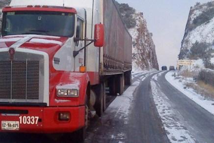 Cierran tramo carretero del Puerto San Luis por intensa nevada