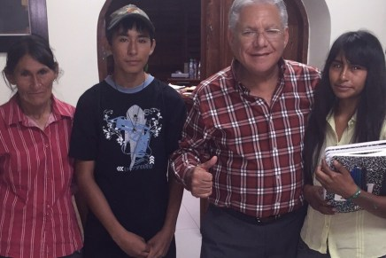 Ayuda al alcalde Ramón Guzmán a jóvenes con útiles escolares