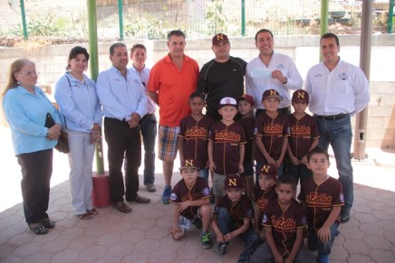 Entregan apoyo a Liga infantil «La Bellota»