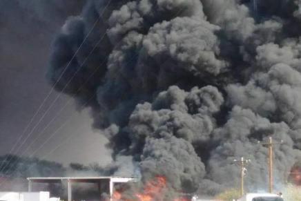 Se queman totalmente decenas de carros a espaldas del hospital del Isssteson