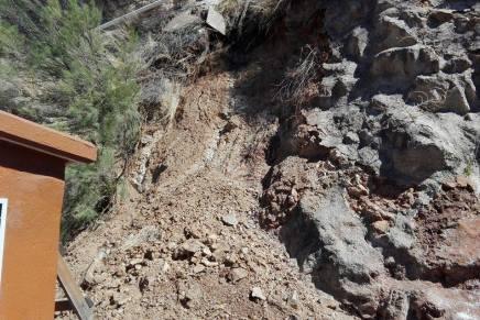 Cierran escuela por varias semanas debido a deslave de cerro