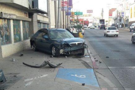 Causa daños y choques conductor en persecución por la Obregón