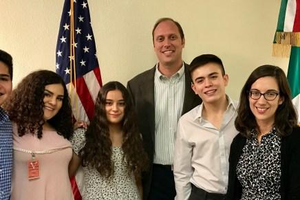 Visitan estudiantes becados al Cónsul de EUA en Nogales