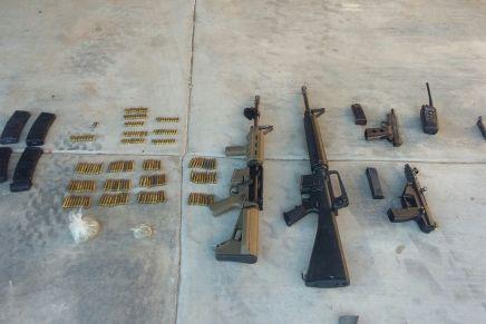 Rescata PF y Ejército a dos, decomisan armamento y vehículos de rancho a las afueras de Nogales