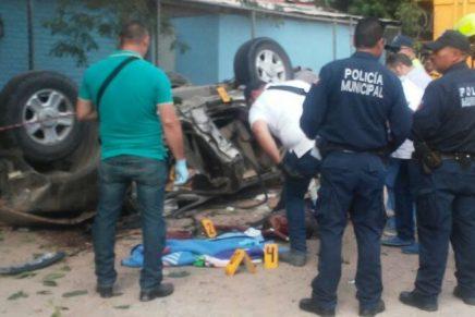 Identifican a los 2 fallecidos tras volcamiento de camioneta en la entrada de la Unidad Deportiva