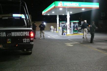 Despojan violentamente a mujer taxista de su vehículo y asaltan una gasolinera a bordo de otro taxi