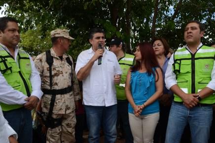 Entrega Miguel Pompa apoyos a familias afectadas por lluvias