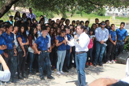 Con escuelas, aulas y canchas, se crean oportunidades para jóvenes nogalenses: Pano Salido