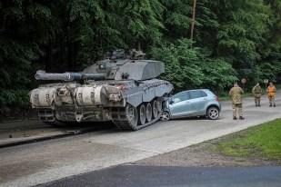 ФОТО ДНЯ: Германия: счастливое спасение из-под гусениц танка