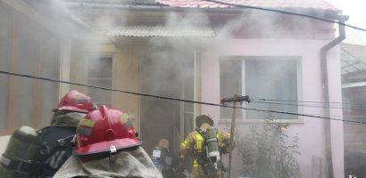 Incendiu pe strada Primariei. O tanara de 27 de ani si copilul acesteia, de 3 ani, transportati la spital