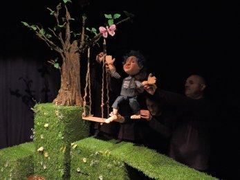 Trupa Arcadia invita copii cu varste intre 1 si 4 ani la o lectie inedita de anatomie, pusa in teatru, in premiera spectacolului OMULET