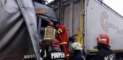 Accident intre doua TIR-uri langa Nojorid. Soferul a ramas incarcerat cateva zeci de minute. FOTO