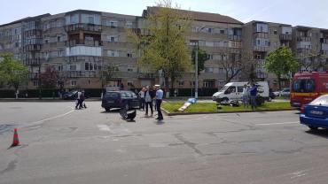 "Motociclist izbit de o masina ""Scoala"". Instructor neatent in intersectie"