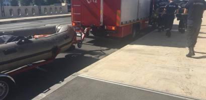 Caine salvat din apele Crisului Repede, langa Podul Ladislau, de pompierii oradeni. (FOTO / VIDEO)