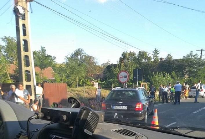 Accident grav la Sacuieni. Un biciclist neatent a fost acrosat de o masina si a ajuns la spital