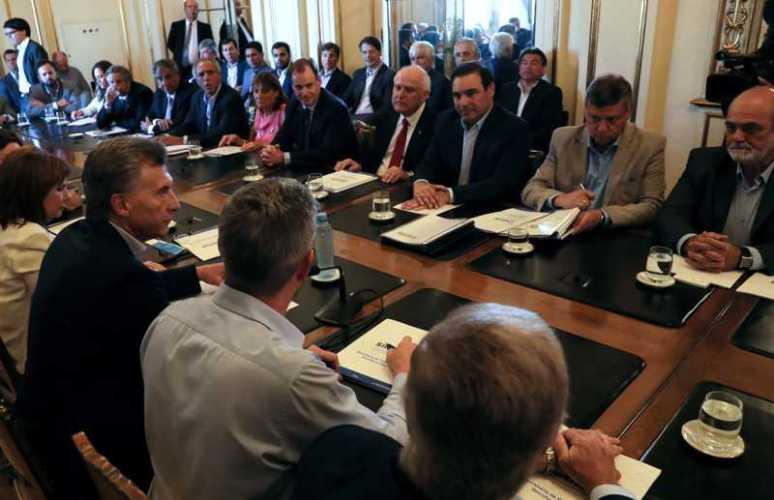 Valdés entregó a Macri una carpeta con obras hídricas