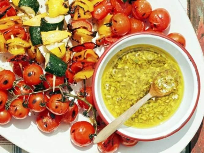 Brochetas de vegetales con vinagreta de cebolleta y limón