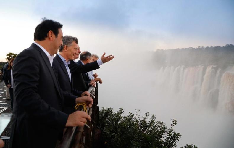 Macri inaugura un vuelo Iguazú-Madrid y un paso binacional con Paraguay