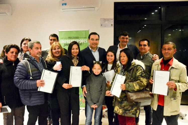 El Gobernador Valdés entregó bienes a emprendedores de la Isla Apipé
