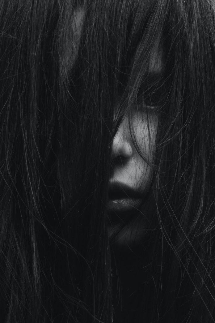 Sesosok wanita pembelai rambut