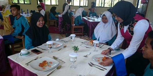Jurusan Kuliner SMKN 3 Solok Gelar Praktek Table Manner