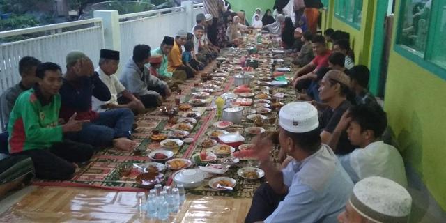 Pengurus dan Jamaah Masjid Darussalam Buka Puasa Bersama Anak Yatim