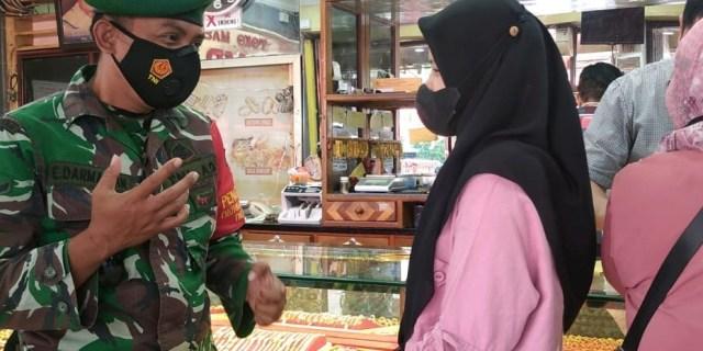 Dalam Masa PPKM Mikro, Personil 01/Kubung, Laksanakan Penertiban Masker di Pasar Raya Solok