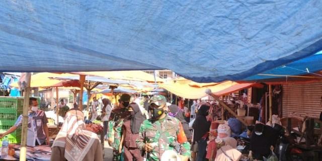 Menjelang Idul Adha, Babinsa Pastikan Terjaganya Prokes di Pasar Raya