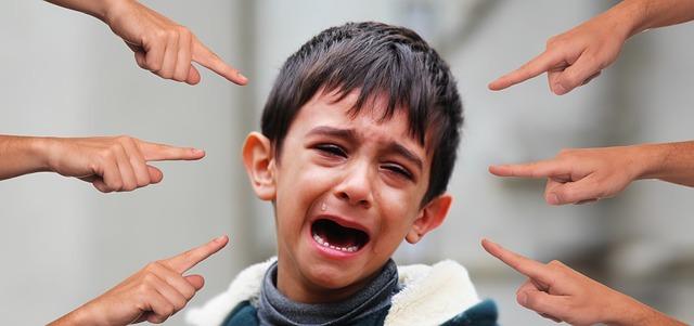 niño llorando, manos acusadoras