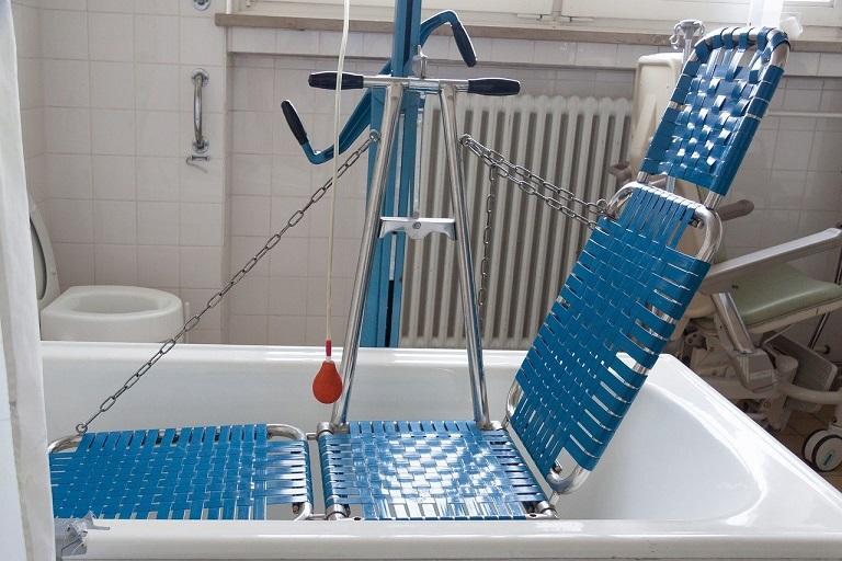 Imagen que muestra una silla para duchas de personas con discapacidad