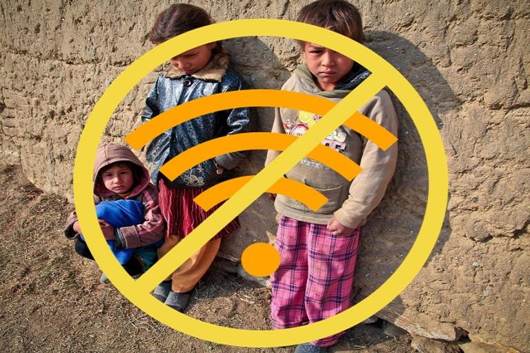 Imagen que muestra niños y niñas contra una pared con el símbolo de acceso a Internet tachado