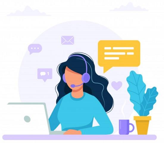 mujer con computadora y auriculares