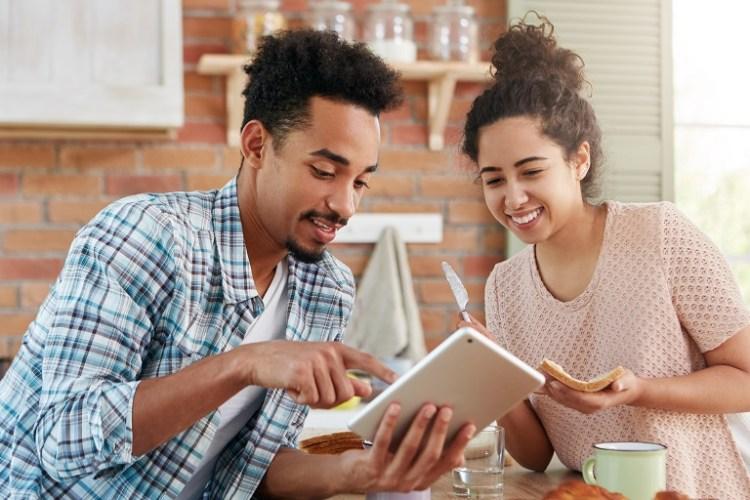 mujer y hombre seleccionando opciones de un catálogo digital