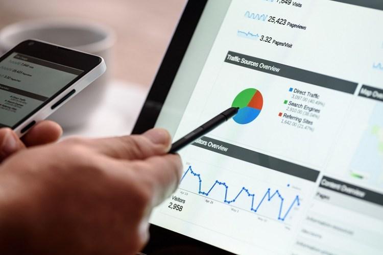 una pantalla de computadora que muestra gráficos estadísticos