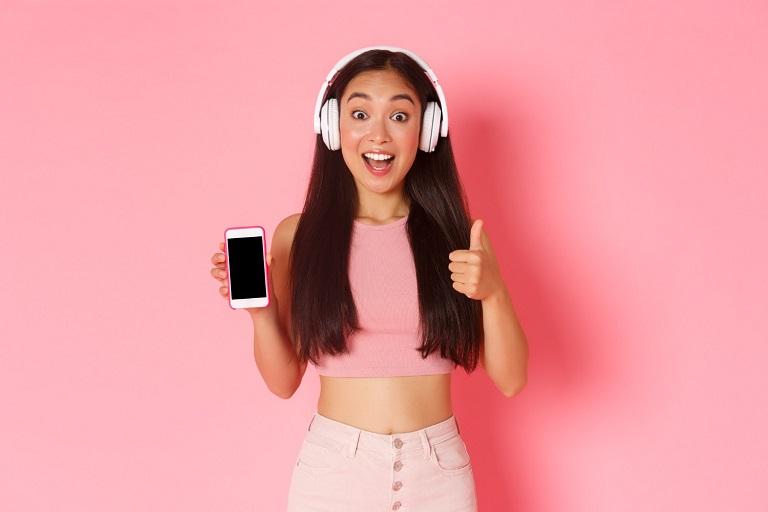 mujer con auriculares y celular