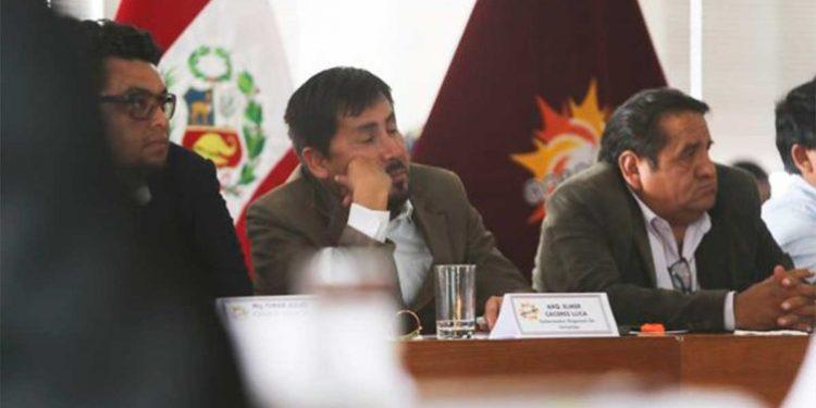 Captan a Cáceres Llica durmiendo en reunión con alcaldes