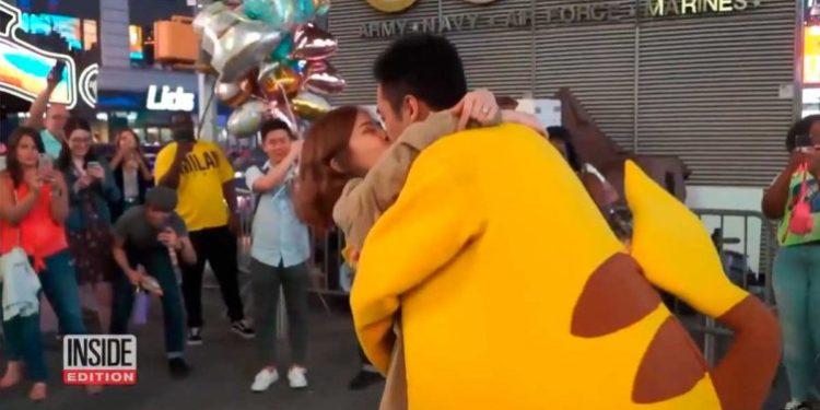 Hombre se disfraza de Pikachu para pedirle matrimonio a su novia y se vuelve viral