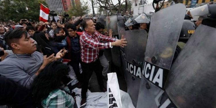 Enfrentamientos entre Policía y manifestantes en protesta contra el cierre del Congreso