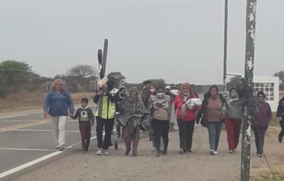 Inmensa devoción: Peregrina desde Tucumán al Milagro con una enorme cruz