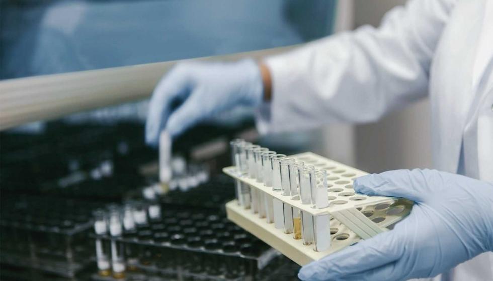 Efecto positivo de una triple terapia de antivirales contra la COVID-19
