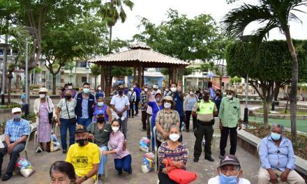 Población adulta mayor de la parroquia Tarifa recibe kits de alimentos