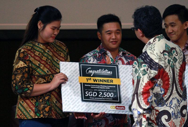 Juara I, MamaCare dengan Founder Fenny dan Co-Founder Kevin Gozali, menerima funding SGD 2.500 dari CoAssets