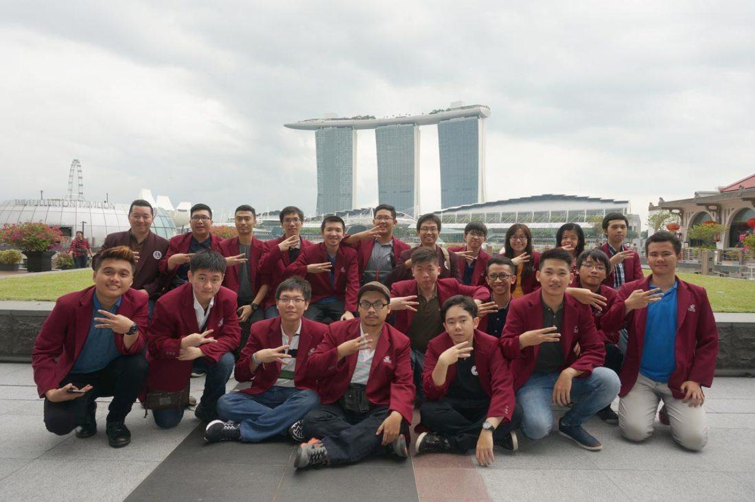 Peserta Studi Ekskursi Teknik Informatika UC Surabaya berfoto bersama di area Singapore Bay Area