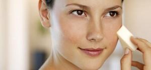 woman-applying-makeup-650x290