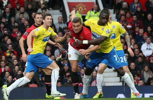 Vidic Tussles With Sissoko in United's Defence.