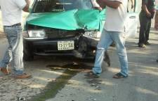 Supuesto ebrio motociclista choca contra taxi